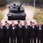 Tank testuje brzdy na lidech. Kdyby to nevyšlo, zemře 23 lidí!