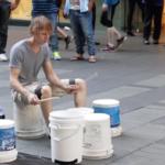 Nejtalentovanější pouliční bubeník na světě! Místo bubnů hraje na prázdné kýble od barvy