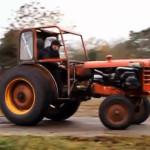 Šílený zemědělec si vytunil traktor a pak s ním driftoval po poli