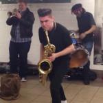HUDEBNÍ ZÁŽITEK: Mladí muzikanti udělali pořádnou show v metru!