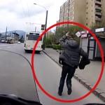 Tohle je jak z grotesky! Motorkář svezl chlapa, kterému ujel autobus