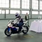 NEUVĚŘITELNÝ TRIK: Tomuto motorkáři se podařilo strhnout ubrus plný nádobí!