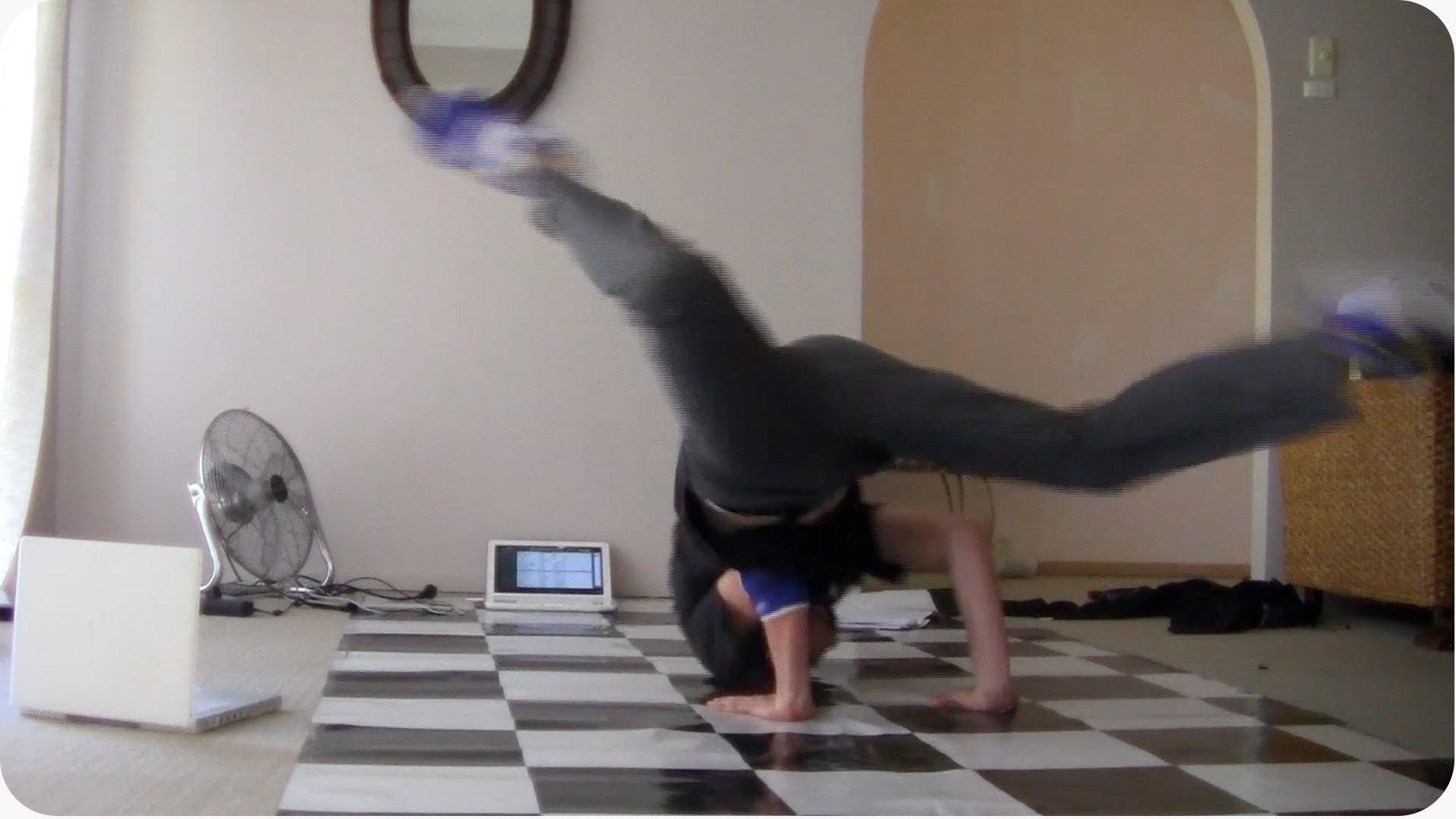 Kluk chtěl natočit breakdance video a místo toho si zničil notebook!