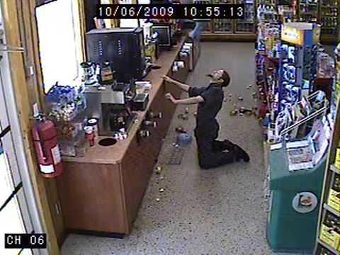 Opilý muž se nevzdává a jde si koupit další piva!