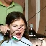 Statečná dívka si vytrhla zub velmi netradičním způsobem!