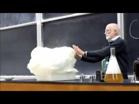 Úžasné chemické pokusy, které na českých školách neuvidíte