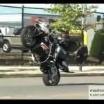 Motorkář posiluje během jízdy na zadním kole!