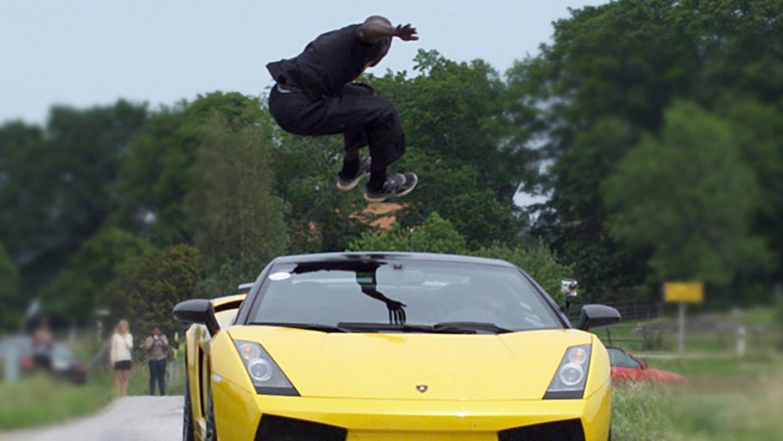 Tenhle frajer přeskočil Lamborghini ve 130 km/hod!