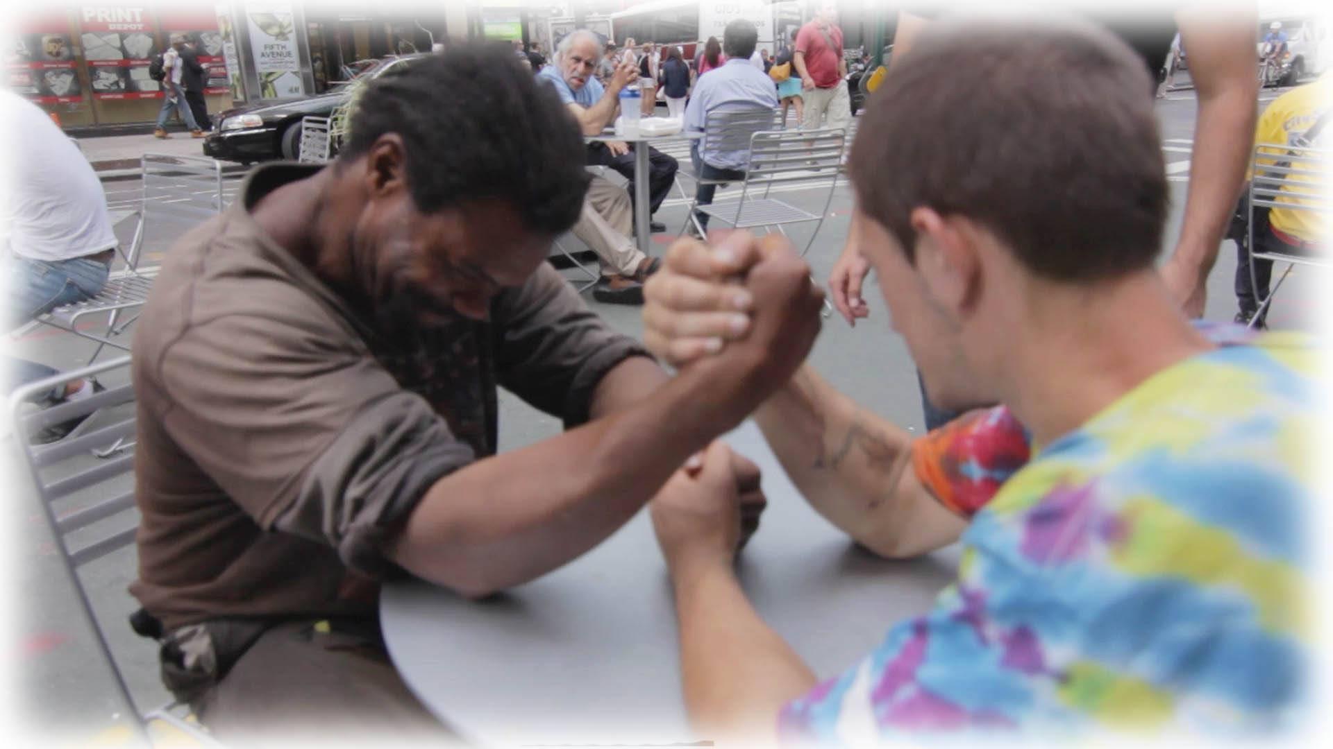 HRA O PENÍZE: 2 bezdomovci si to rozdali v páce! Nebudete věřit, co se stalo…