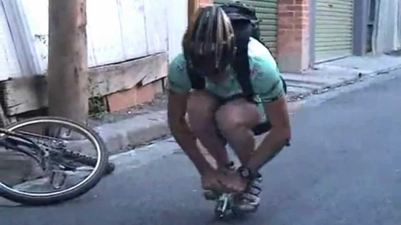 Mladíkovi se rozbilo kolo! Podívejte, jak tento problém vyřešil…