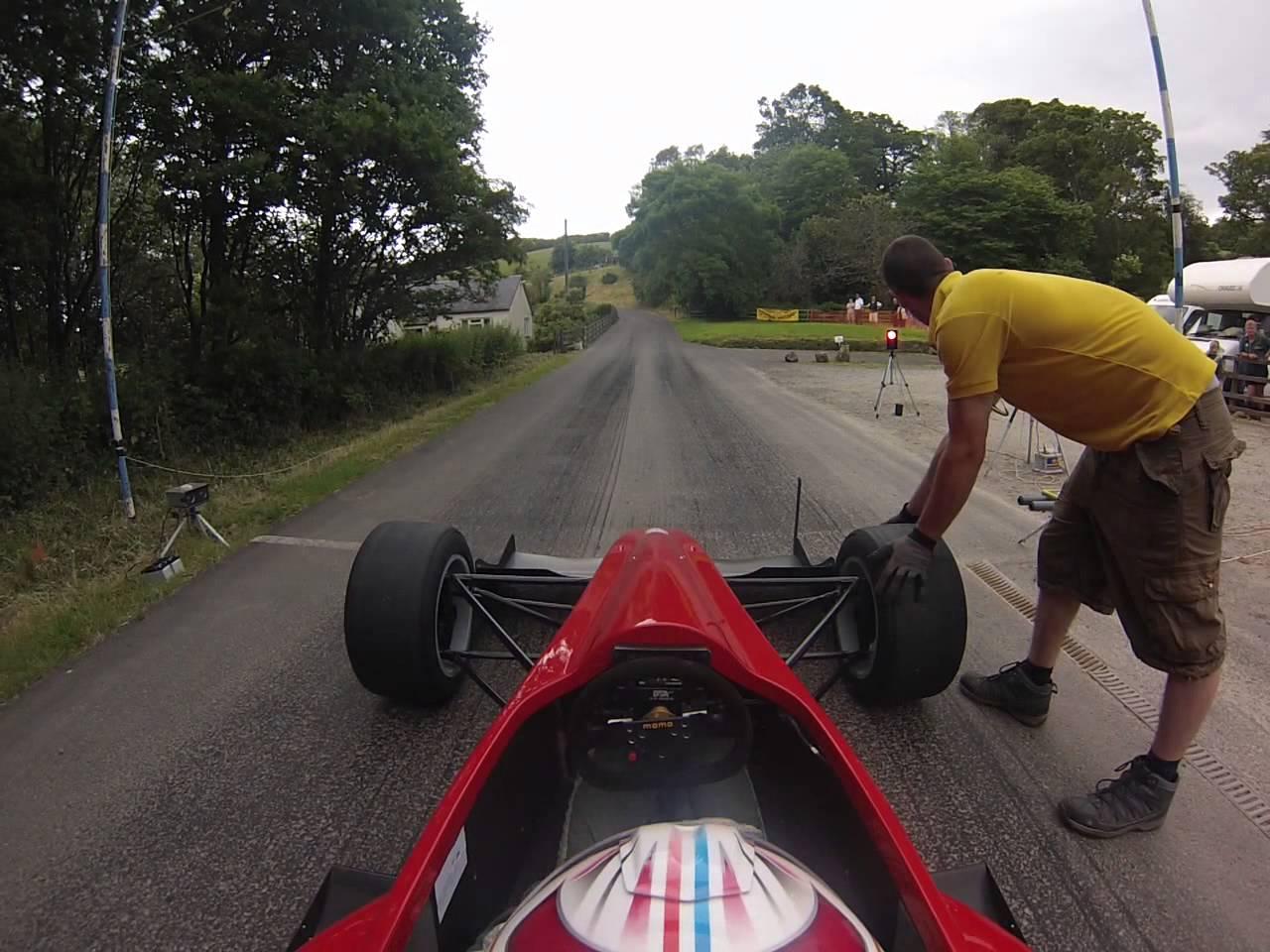 Profesionální řidič jede tak rychle až se vám z toho zatají dech!
