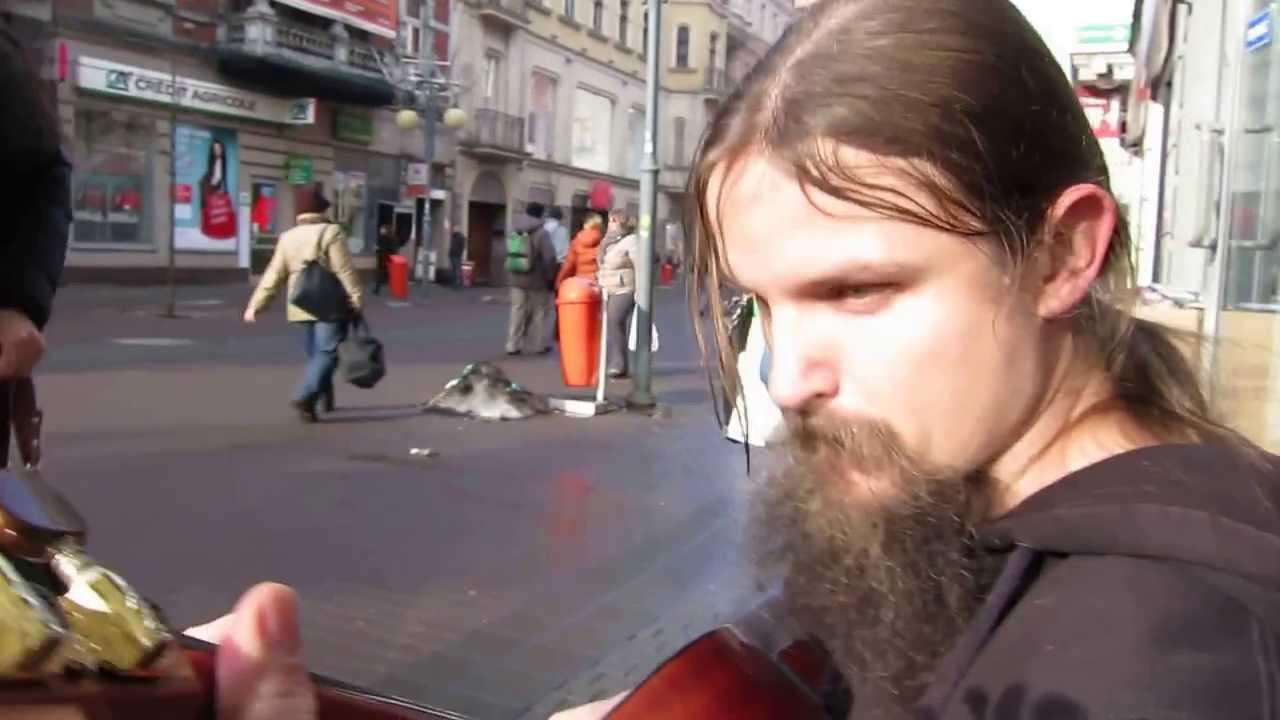 Talentovaný žebrák hraje na kytaru a je to vážně úžasné!