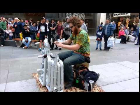 Tenhle kluk hraje na instalatérské trubky!