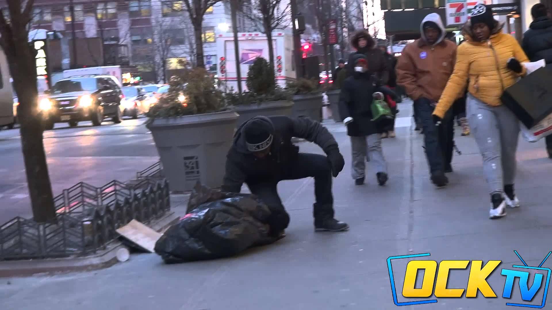 Dítě bez domova mrzlo na ulici…Kdo mu pomohl?