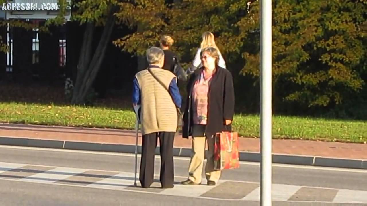 Dvě důchodkyně se vykecávaly uprostřed frekventované silnice!