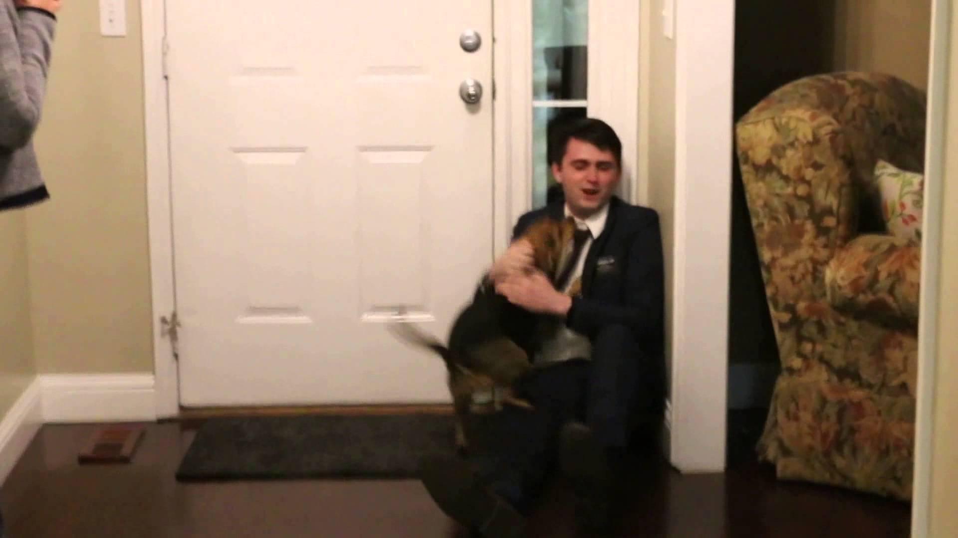 Reakce psa, když se jeho páníček vrátil po 2 letech domů!