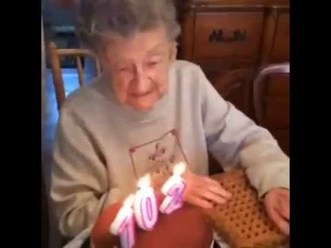 Víte, jak se sfoukávají svíčky z narozeninového dortu ve 102 letech?