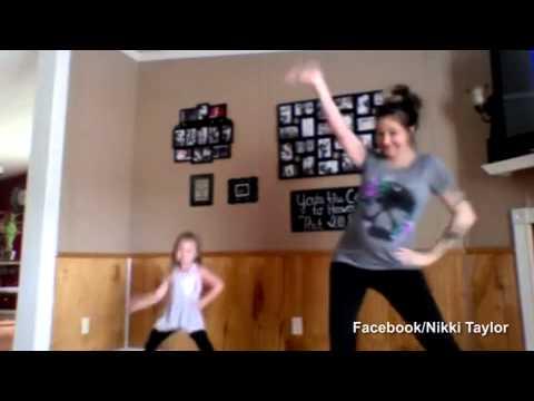 Mamka tančí s dcerkou… možná se dvěma!