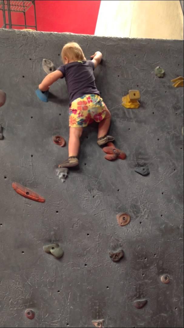 Od batolení rovnou k lezení po horolezecké stěně