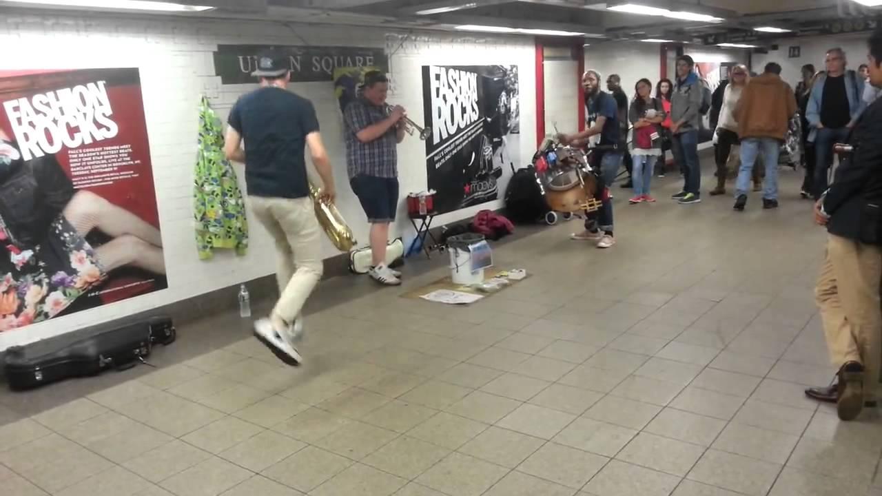 Hardcore hudební skupina vystihla uspěchaný život v metru