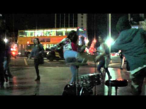 Psychicky narušená žena zaútočila na hudebníka! Nakopla ho do…