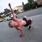 Svalnatý mladík dokáže neskutečné triky!