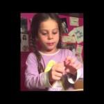 Holčička předvádí naprosto jedinečný kouzelnický trik