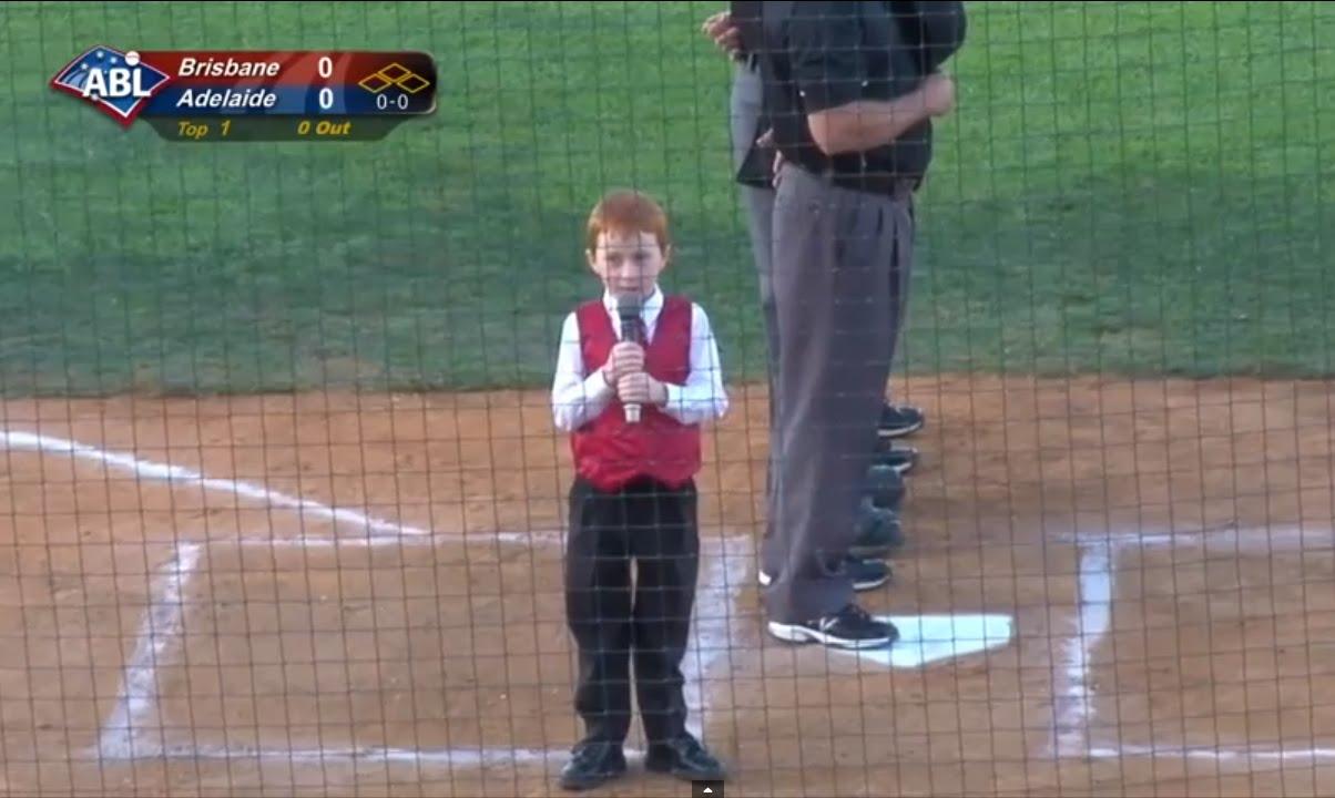 Malý hrdina – zazpíval hymnu i se škytavkou!