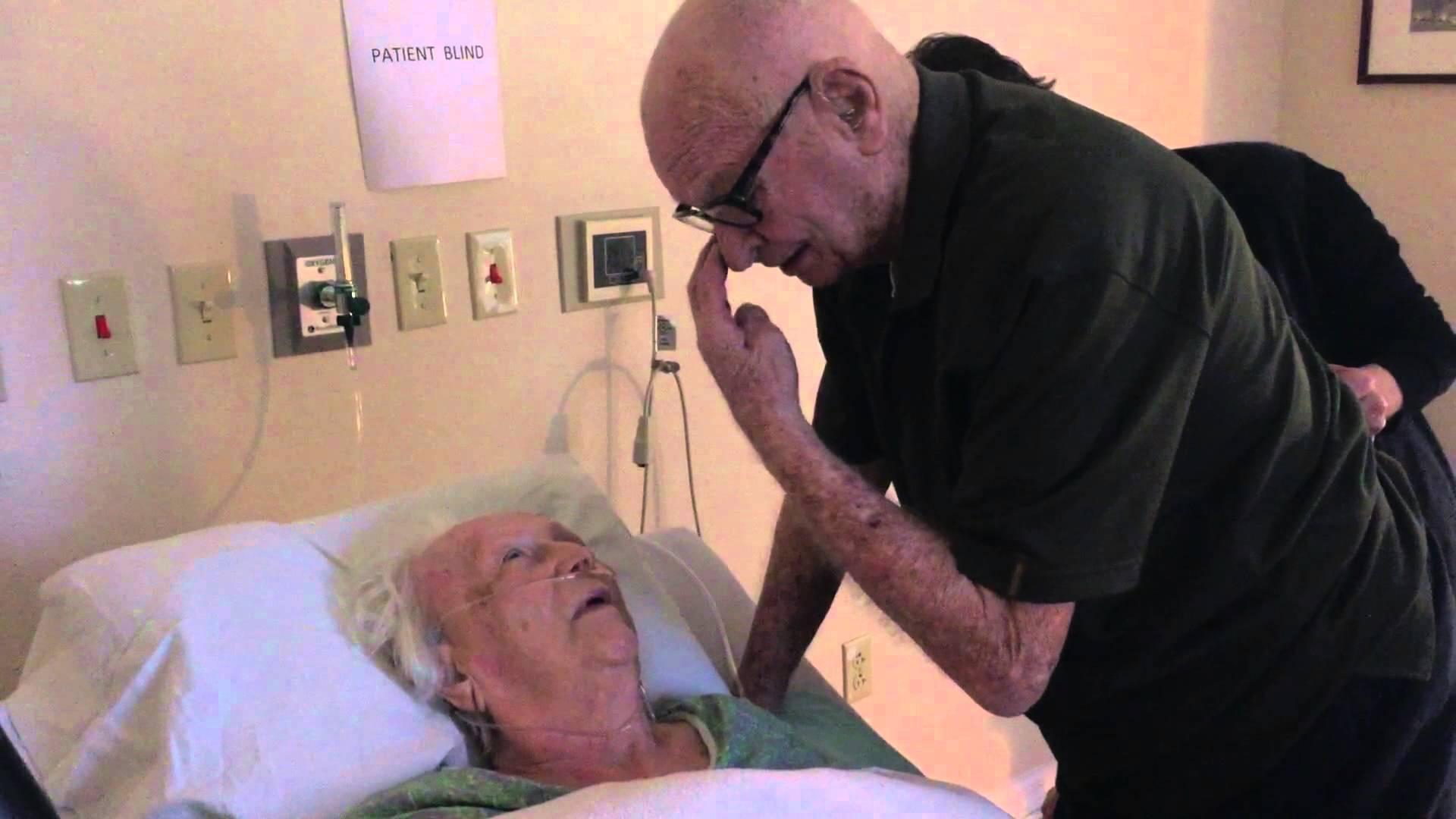 Poslední přání: manžel zpívá své umírající manželce