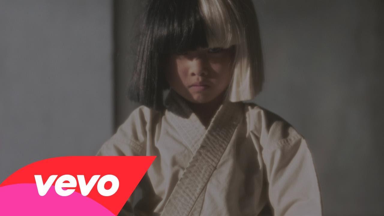 Sia to opět dokázala! Videoklipem k písni ALIVE neuvěřitelně zabodovala!