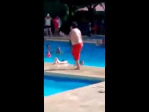 Chlapec to u bazénu pěkně rozjel! Tančil jako Jim Carrey v Masce!