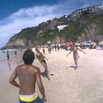 Plážové pinkání ve čtyřech: 2 muži, 1 žena a 1 pes