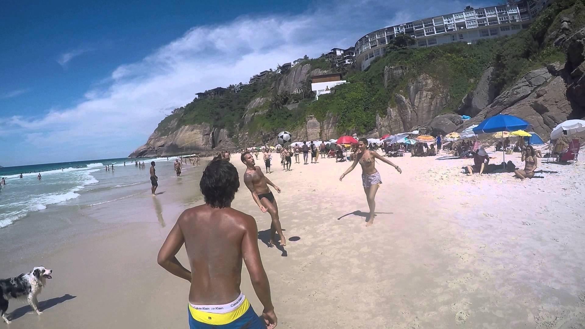 Plážové pinkání ve čtyřech: 2 muži, jedna žena a jeden pes