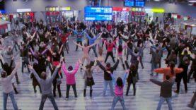Taneční a pěvecké vystoupení uprostřed Hlavního nádraží!