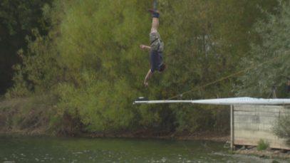Pro Guinnessův rekord si skočil bungee do šálku s čajem