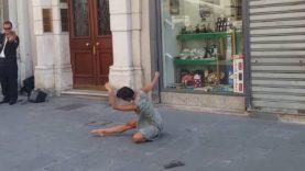 Rima Baransi tančí smyslný tanec za doprovodu pouličního houslisty
