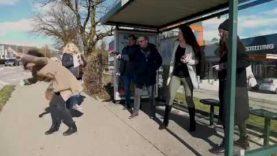 KORONAVIRUS: Co se stane, když kýchnete na zastávce plné lidí?