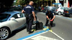 Pražští strážníci nasazují botičku luxusnímu sporťáku Bugatti Veyron!
